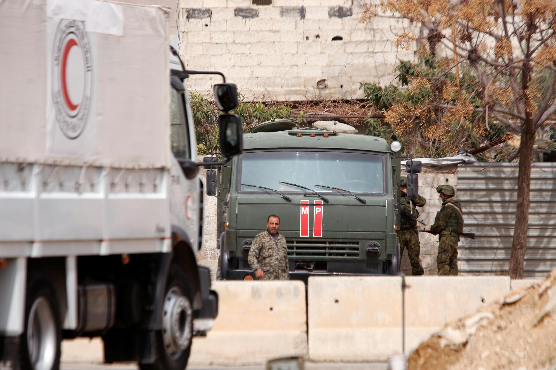 Một đoàn xe của tổ chức Trăng Lưỡi Liềm Đỏ tại một trạm kiểm soát ở trại Wafideen, Damas, ngày 08/03/2018.