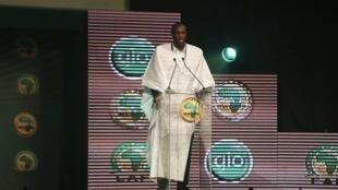 Dan wasan Manchester City Yaya Toure yana jawabi bayan ya lashe kyautar Gwarzon Afrika na 2013 a birnin Lagos