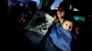 """Refugiados nicaragüenses participan en la """"Caravana por la Libertad y la Justicia"""" en San José, el 16 de diciembre de 2018."""