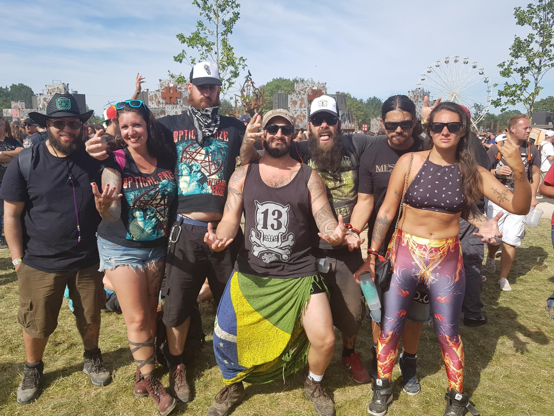 Grupo de brasilienses no festival Hellfest, em Clisson, oeste da França.