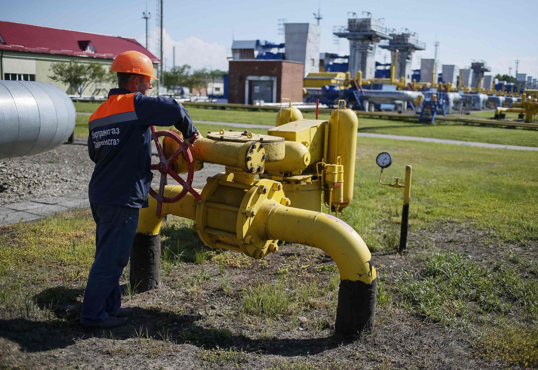 Operário fecha válvula de gás em Striy, no oeste da Ucrânia.