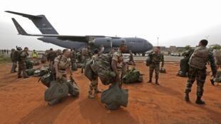 Soldados franceses desembarcam  de um C-17 cedido pelos Estados Unidos, nesta terça-feira..