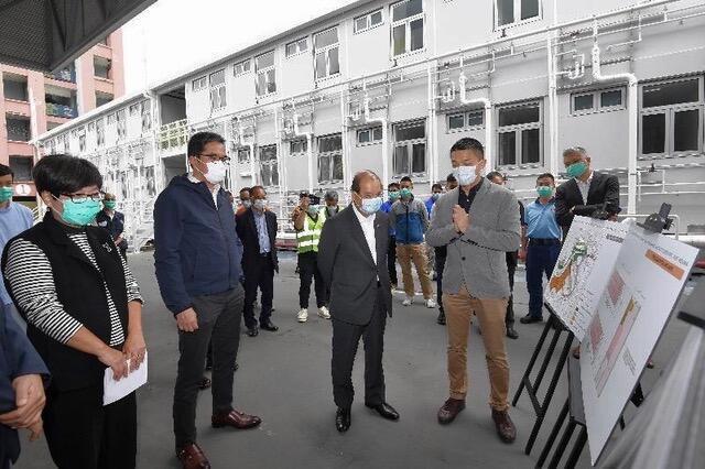 政务司司长张建宗4月视察香港警方的少年警讯营。(香港政府新闻处)