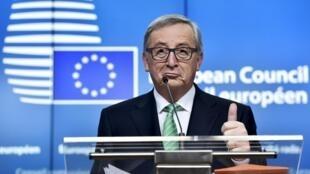 歐盟委員會主席容克在歐盟峰會記者招待會上,2016年2月19日