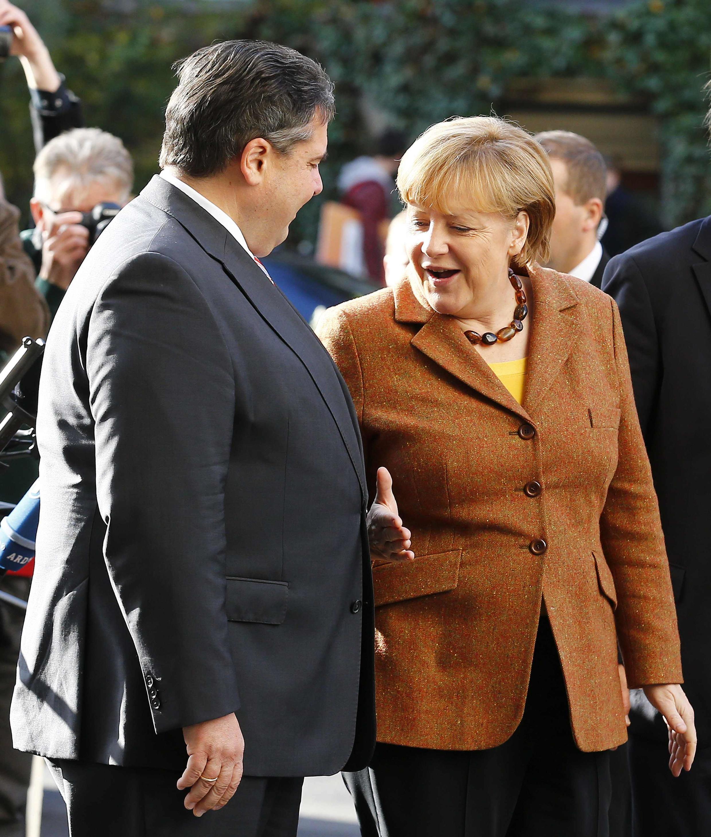 O chefe do Partido Social Democrata (SPD), Sigmar Gabriel, e a  chaceler Angela Merkel, do Partido Democrata-cristão (CDU).