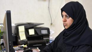 Nassima al-Sadah, la candidate à la municipalité de la ville portuaire de Qatif,  travaillant dans son bureau, le 26 novembre 2015.