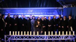 Le Premier ministre Manuel Valls allume une bougie en hommage aux victimes de l'Hyper Cacher, un an après l'attaque d'Amedy Coulibaly.