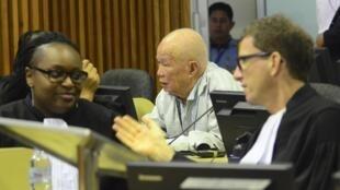 Cựu Chủ tịch Cam Bốt thời Khmer Đỏ Khieu Sam phan (áo trắng), tại phiên xét xử ngày 30/07/2014, Phnom Penh