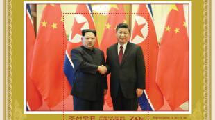 """تمبری که در کره شمالی با تصویر """"کیم جونگ اون"""" رهبر کره شمالی و رئیس جمهوری کره جنوبی """"مون جائه این""""، به چاپ رسیده. آوریل  ٢٠۱٨"""