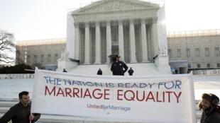 Manifestantes americanos defensores do casamento homossexual diante da Corte Suprema dos Estados Unidos nesta quarta-feira, dia 27 de março.