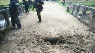Picha hii imetolewa na majeshi ya Burma Novemba 13, 2016, ikionyesha shimbo baada ya mlipuko wa bomu karibu na kijiji cha Maungdaw, katika jimbo la Rakhinekaribu na mpaka na Bangladesh.