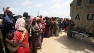 Fila de mulheres esperando por comida em um campo de ajuda na capital da Somália, Mogadishu (20/07/2011).