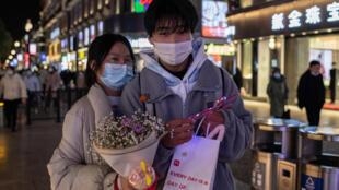 Un couple marchant à Wuhan, en Chine, le 10 janvier 2021
