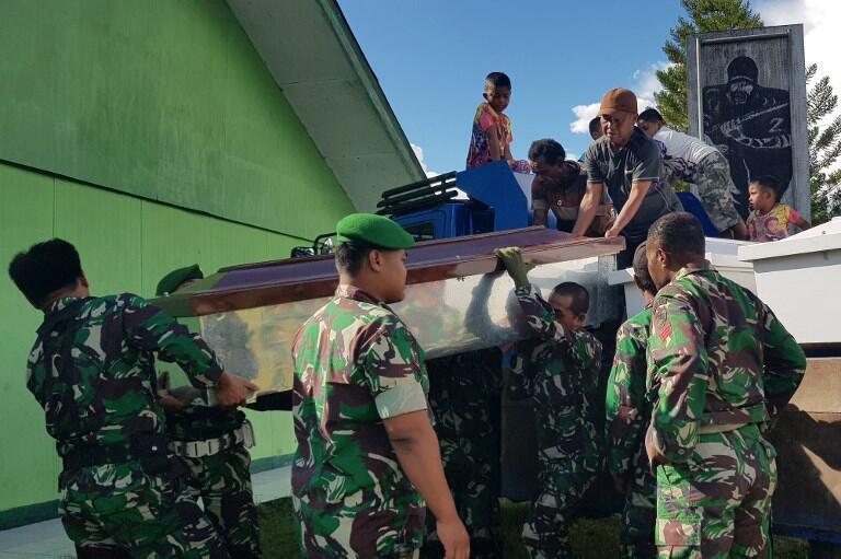 Des soldats indonésiens préparent des cercueils pour les ouvriers abattus par des séparatistes papous le 4 décembre 2018.