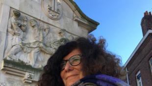 Annette Becker devant le Monument aux victimes des 18 ponts à Lille.