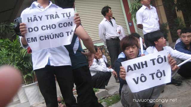 Người thân của các thanh niên Công giáo bị đưa ra xét xử trước cửa Tòa án thành phố VInh ngày 25/9/2012