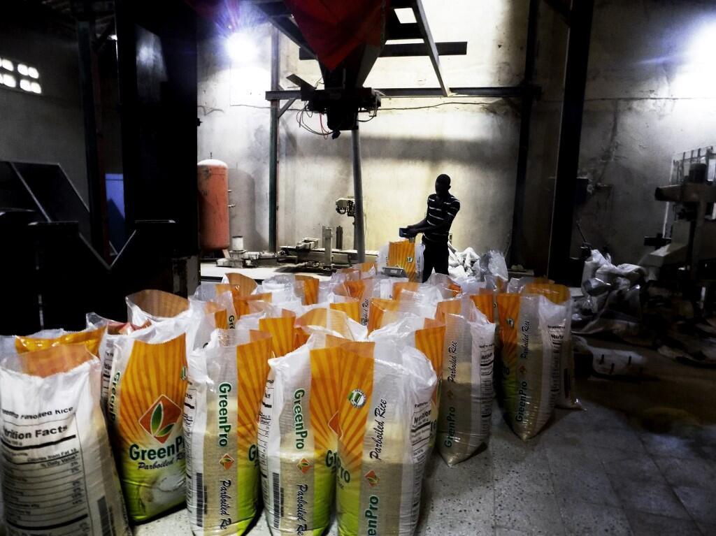 Un travailleur contrôle les sacs de riz dans une usine de Kano, au Nigeria.