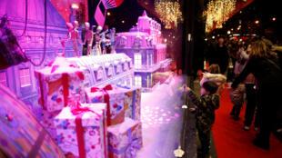 As vitrines das lojas de departamentos, como a Galeries Lafayette, se tornaram parada obrigatória para quem está visitando Paris antes das festas de fim de ano.