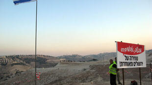 Uma bandeira israelense fincada na zona E1, onde o governo judaico pretende construir novas casas.