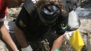 La policía mexicana busca restos humanos en la fosa de Acapulco.