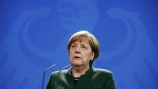 """A chanceler alemã, Angela Merkel, denuncia o clima de """"suspeita geral"""" que o decreto criou"""