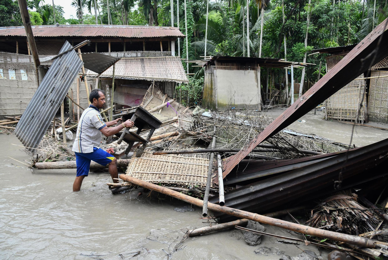En Inde, la mousson a frappé dans le nord-est du pays, provoquant des dégâts sur les habitations des riverains.