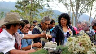 Berta Cáceres con miembros del Consejo Cívico de Organizaciones Populares e Indígenas de Honduras y miembros de la comunidad de Río Blanco en un homenaje a colegas asesinados.