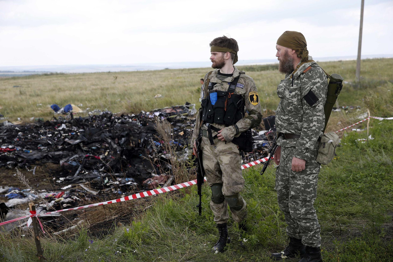Séparatistes pro-russes gardant le site du crash. Région de Donetsk. 22 juillet 2014.