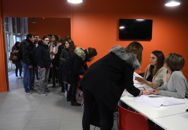Estudantes em Dijon aguardam na fila para se vacinar contra meningite