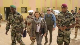 La ministre française des Armées à Sévaré, au poste de commandement de la force du G5 Sahel, le 1er janvier 2018.  Elle est accompagnée à sa gauche par Didier Dacko, général malien commandant de la force G5 Sahel (photo d'illustration).