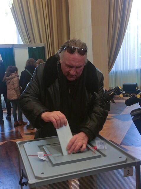Gérard Depardieu, que tem a nacionalidade russa, vota para presidente na embaixada da Rússia em Paris.