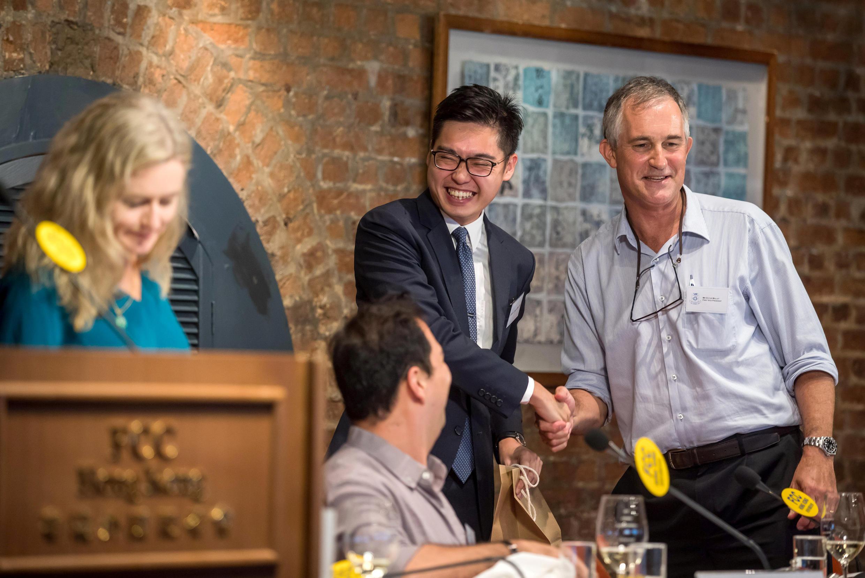 Nhà báo Victor Mallet (phải) của Financial Times bắt tay Trần Hạo Thiên ( Andy Chan ), lãnh đạo Đảng Dân tộc Hồng Kông tại Câu lạc bộ thông tín viên nước ngoài ( FCC ) ở Hồng Kông ngày 14/08/2018.