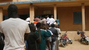 Des électeurs font la queue devant un bureau de vote lors des élections présidentielles de 2016. (Illustration).