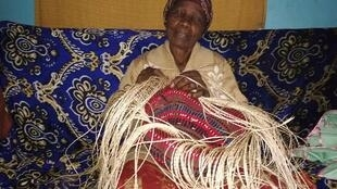 Une vieille femme fabrique un kiondo, un sac qui a remplacé les sacs en plastique au Kenya, depuis son interdiction  en 2017.