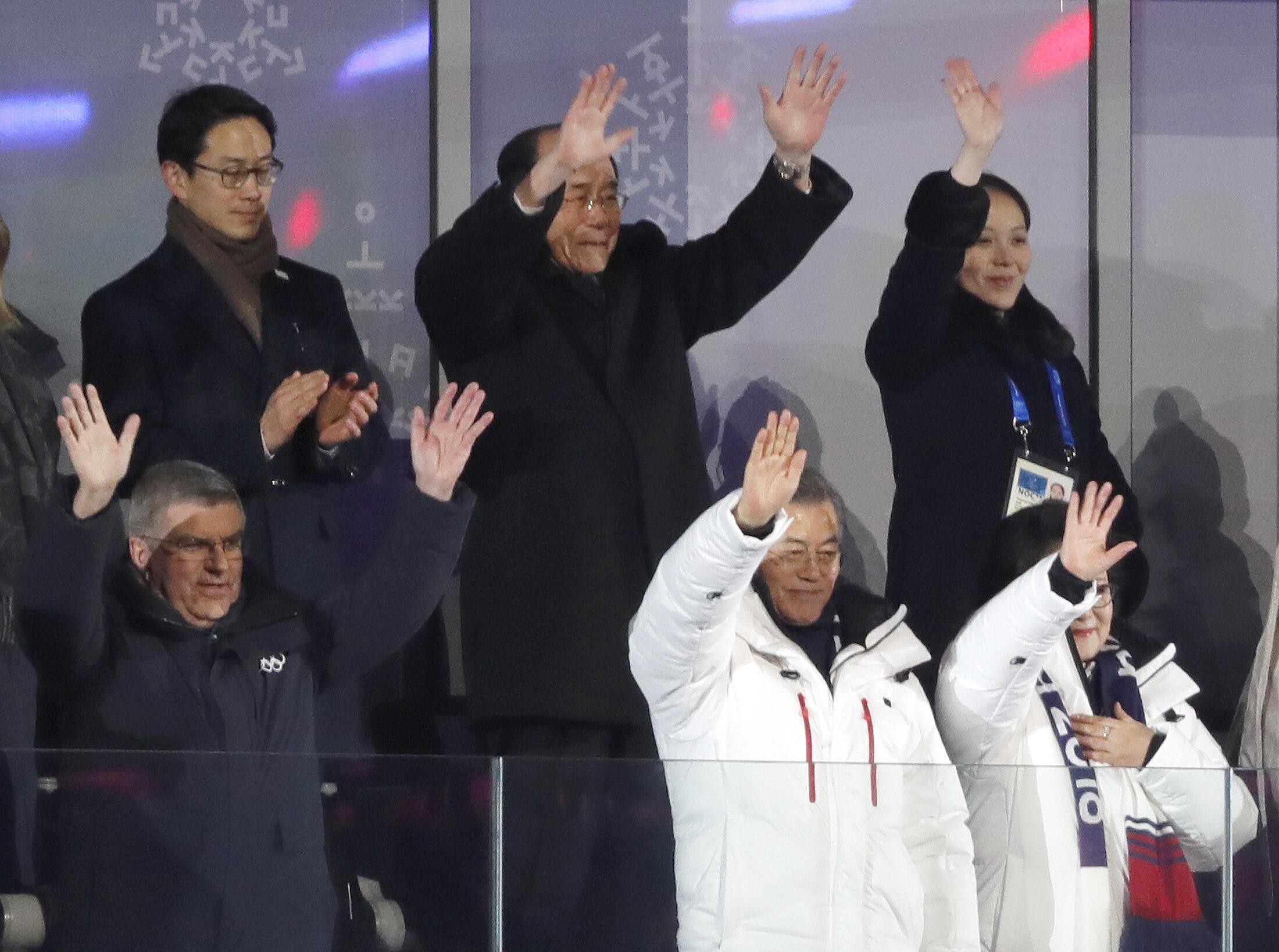 Tổng thống Hàn Quốc Moon Jae In et sa femme (Áo trắng) và Kim Yong Nam (G - hàng thứ 2) chủ tịch Quốc Hội BTT, Kim Yo Jong (P - hàng thứ 2), em gái Kim Jong Un, trong lễ khai mạc TVH Mùa Đông Pyeongchang, ngày 09/02/2018