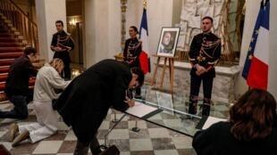 法国民众前往爱丽舍宫在希拉克灵柩前致哀,2019年9月26日。