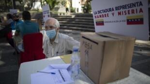 Urnes lors de la consultation populaire organisée par Juan Guaido