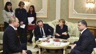 Le président Vladimir Poutine (à gauche), le président ukrainien Petro Porochenko (à droite), et la chancelière allemande Angela Merkel et le président français François Hollande (au centre), lors de la rencontre organisée à Minsk, le 11 février 2015.