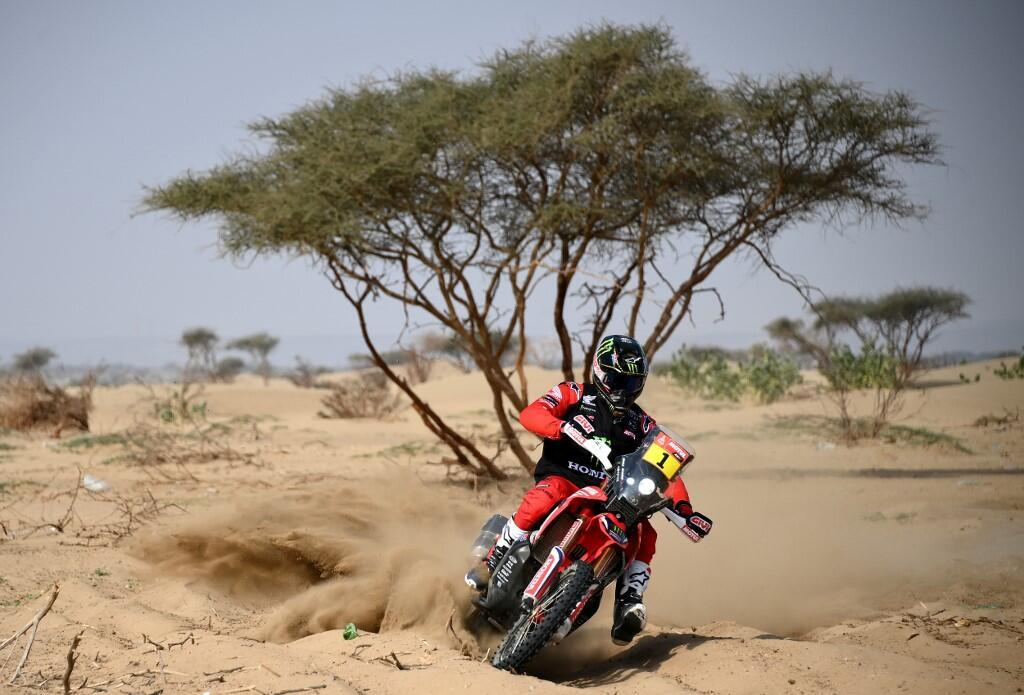 El motociclista estadounidense Ricky Brabec propulsa su Honda durante una sesión de entrenamiento en Jeddah, el 31 de diciembre de 2020, antes de que inicie el Rally Dakar 2021.