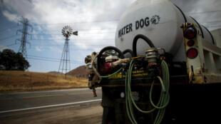 Un camión distribuye agua cerca de Fresno, estado de California, Estados Unidos, 7 de mayo de 2015.