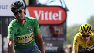 Peter Sagan con Christopher Froome detrás, en la llegada de la undécima etapa del Tour de Francia.