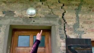 Proprietários que já sofrem de restrições de água vêem grandes rachaduras se formando em suas casas.