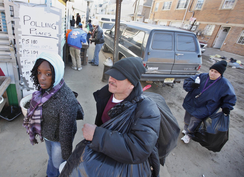 No do bairro de Queens, Nova York, uma das áreas mais devastadas pelo furacão Sandy,  um cartaz indica locais de votação.