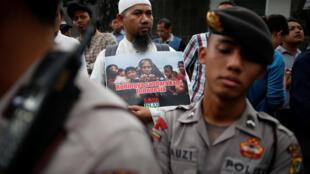 Biểu tình trước sứ quán Miến Điện tại Jakarta, Indonesia, để phản đối các cuộc đàn người Hồi giáo Rohingya, ngày 25/11/2016