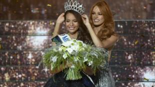 Momento em que a Miss Tahiti, Vaimalama Chaves, é coroada Miss França 2019, 15/12/2018