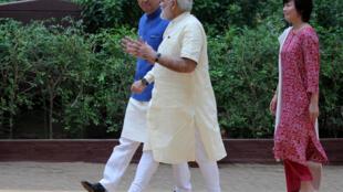 Thủ tướng Nhật Shinzo Abe (T) và đồng nhiệm Ấn Độ Narendra Modi nói chuyện trong chuyến viếng thăm thảo am của cố lãnh tụ Ấn Độ Gandhi, ở Ahmedabad, 13/09/2017.