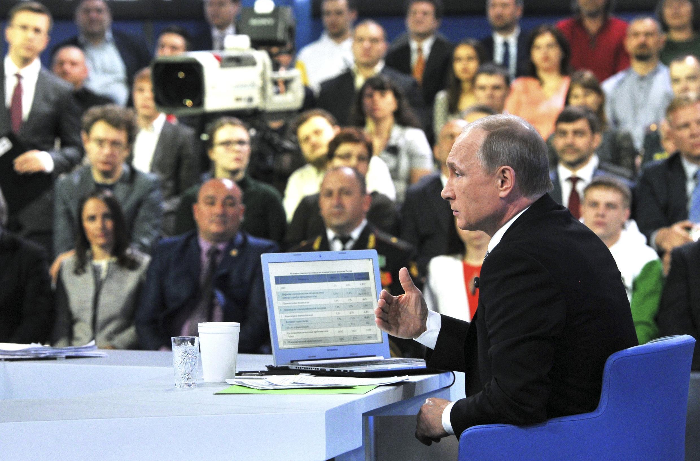 Le président Vladimir Poutine en plein exercice de questions-réponses avec les téléspectateurs russes, le 16 avril 2015.