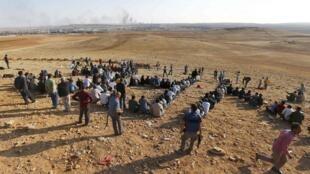Des Kurdes turcs sur une colline près de Mürsitpinar, soutenant les combattants kurdes à Kobane, le 15 octobre 2014.