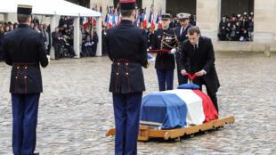 Tổng thống Pháp Emmanuel Macron truy tặng Bắc Đẩu Bội Tinh cho cố đại tá hiến binh Arnaud Beltrame, tại điện Invalides, Paris, ngày 28/03/2018
