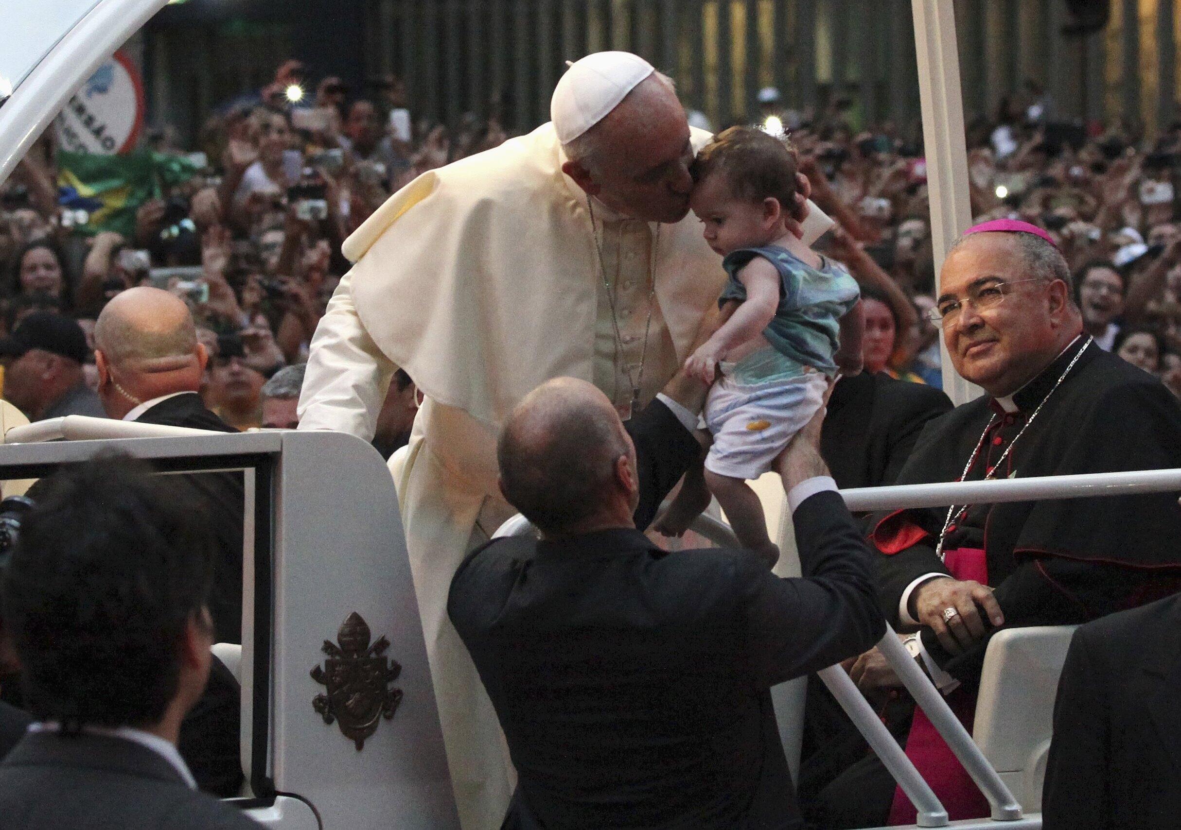 Kiongozi wa Kanisa Katoliki Duniani Papa Francis akipokelewa nchini Brazil alipoanza ziara yake ya juma moja